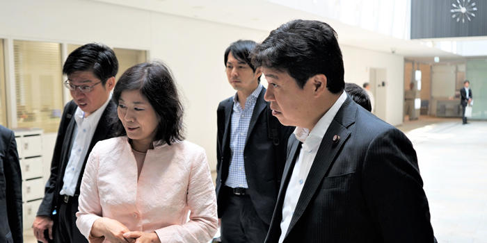 鶴保庸介内閣府特命担当大臣(科学技術政策)がAIMRを訪問 | AIMR