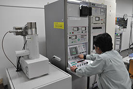 At the Common Equipment Unit, staff members with fluency in both Japanese and English are available to assist with the design of experiments and provide training for AIMR researchers.