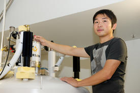 AIMR–UCSB joint scientist Yonghao Zheng has discovered that the electronic properties of a stable organic radical can be simply altered by changing its temperature.