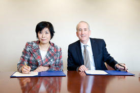 AIMR Director Motoko Kotani (left) and Eric Isaacs, provost of the University of Chicago, signed a joint agreement on 16 April 2014 to establish a joint research center.