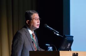 Chemist Akira Fujishima has discovered fascinating water-splitting and water-loving properties of titanium dioxide.